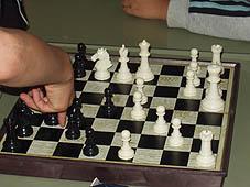 チェスを指す少年.jpg